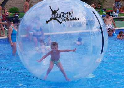 bola para caminar en el agua transparente